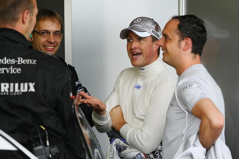 Ein gut gelaunter Ralf Schumacher im Talk mit Mechaniker und Ingenieure