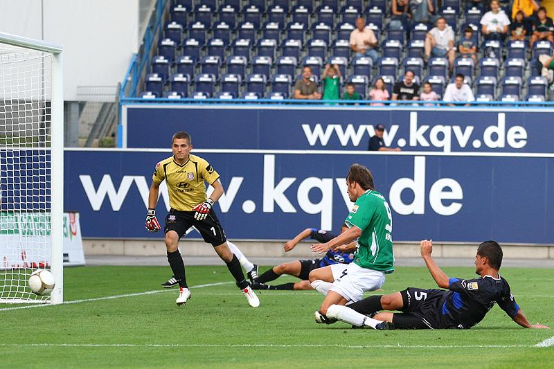 Christopher Nöthe erzielt das 4:0. Torwart Patric Klandt kann dem Ball nur noch hinterher schauen