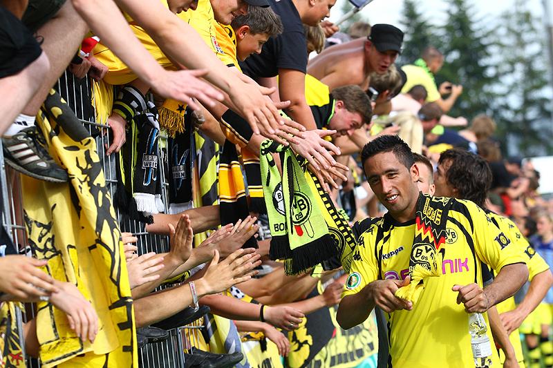 Lucas Barrios klatscht bei den Fans ab