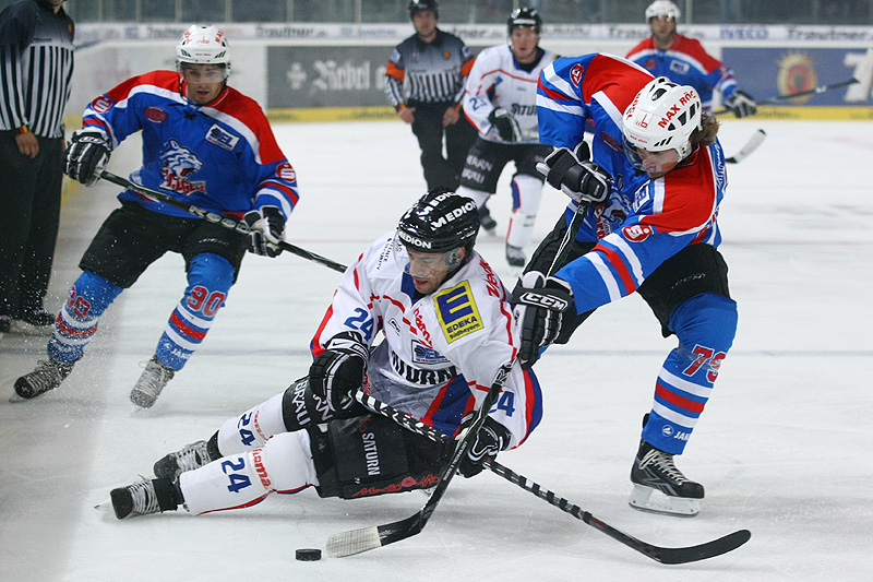 Henry Martens (Nürnberg) im Zweikampf gegen Prestin Ryan (Ingolstadt)