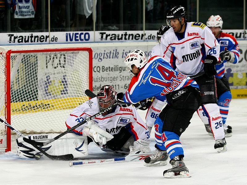 Tyler Mosienko (Nürnberg) gegen Goalie Dimitri Pätzold (Ingolstadt)