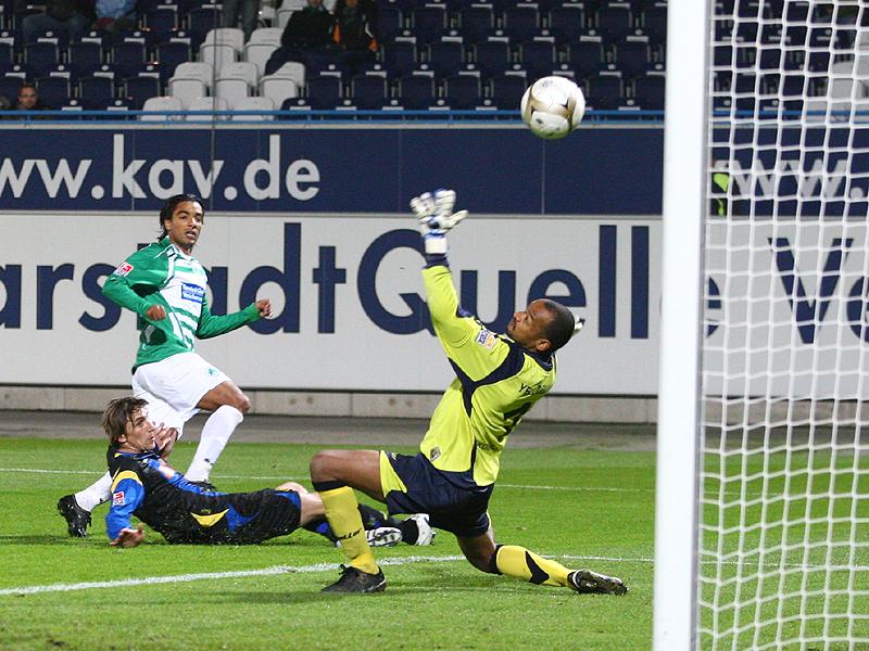 Sami Allagui erzielt das 1:1 gegen Benjamin Lense und Torwart David Yelldell