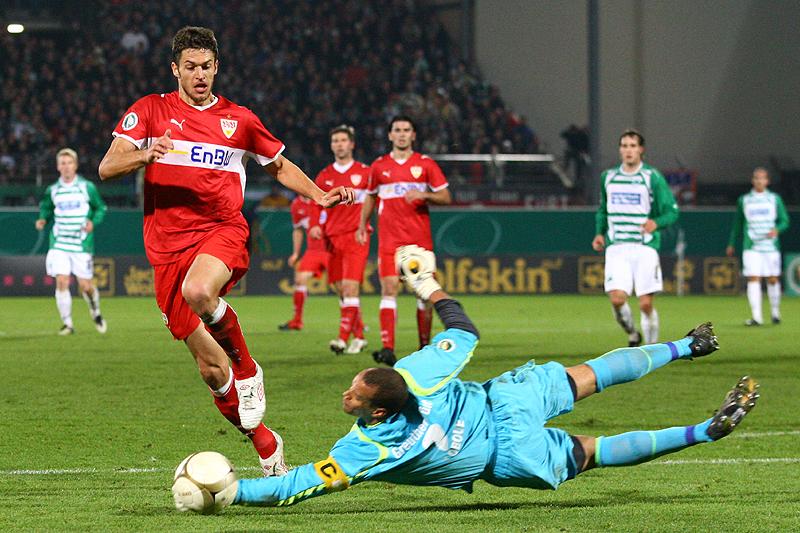 Stephan Loboue fischt dem einschussbereiten Matthieu Delpierre den Ball vor den Füßen weg