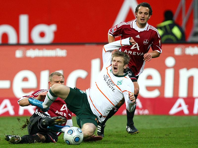 Marko Marin wird von Andreas Wolf abgegrätscht