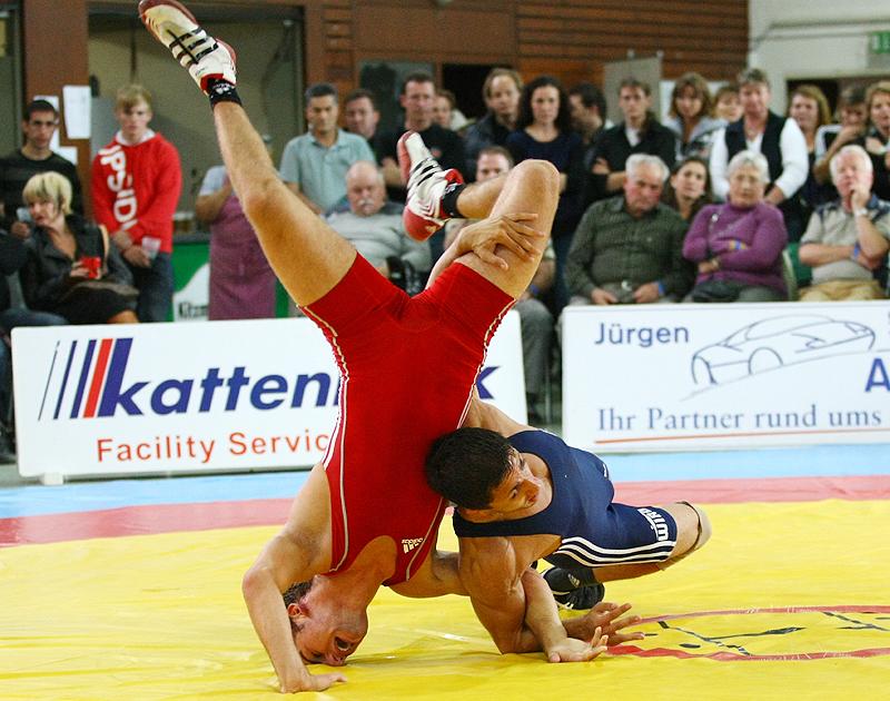 Freistil bis 55 kg: Fabian Schmitt (rot, Johannis) gegen Mitko Kostadinov/Gsenov (blau, Rostock)