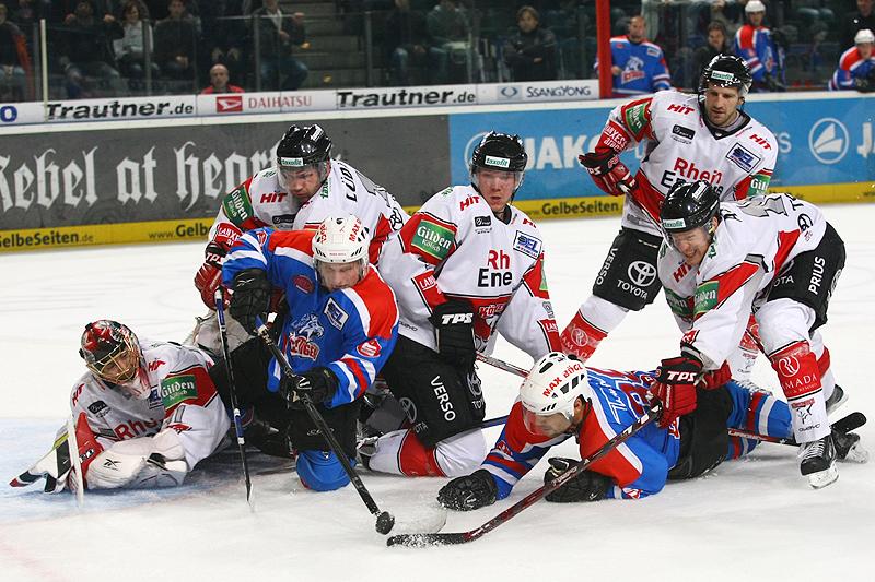 Harter Kampf um den Puck vor dem Tor von Goalie Lars Weibel.