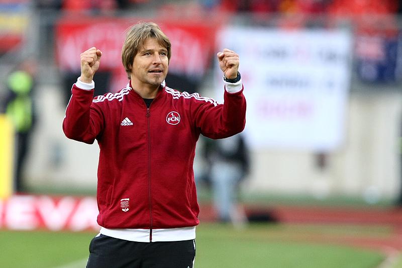 Trainer Michael Oenning ballt zufrieden die Faust und freut sich über den 3:0 Heimsieg