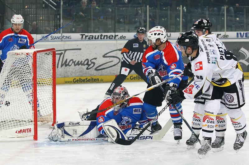 Michael Endrass erzielt das 0:1 gegen Goalie Adam Svoboda.