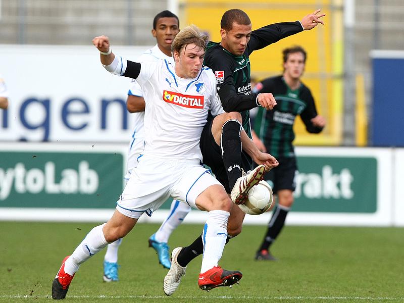 Dani Schahin (Fürth) im Zweikampf gegen Robin Neupert (Hoffenheim)