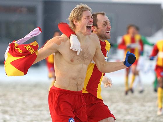 Niklas Tarvajärvi bejubelt seinen Treffer zum 1:3 mit nacktem Oberkörper und trotzt den eisigen Temperaturen.