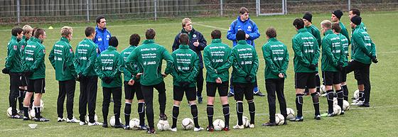 Mike Büskens begrüßt sein neues Team
