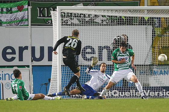 Der Anfang vom Ende: Patrick Milchraum bringt die Aachener mit 0:1 in Führung