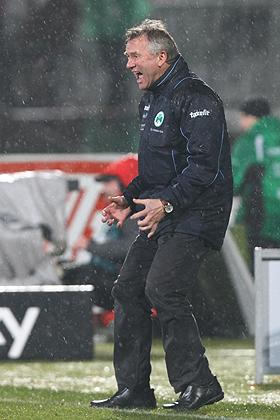 Die Mannschaft ließ Trainer Benno Möhlmann sprichwörtlich im Regen stehen