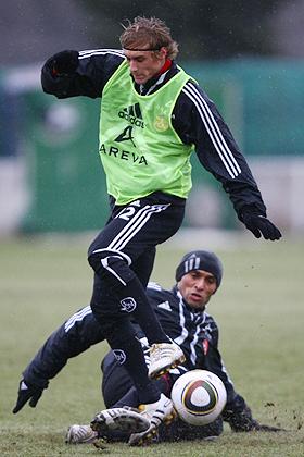 Dieter Hecking forderte, dass jeder Grashalm in Nürnberg brennt. Marcel Risse im Zweikampf gegen Jaouhar Mnari zeigen hier, dass sie die Ansage ihres neuen Trainers verstanden haben.