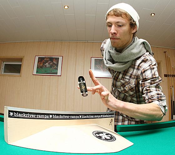 Valerij Müller zeigt beeindruckende Tricks mit dem Fingerboard in seinem Mini-Skatepark