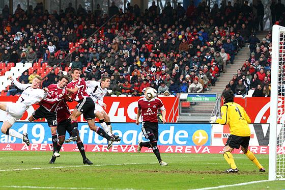 Christian Eigler erzielt das 1:0 gegen Torwart Oka Nikolov