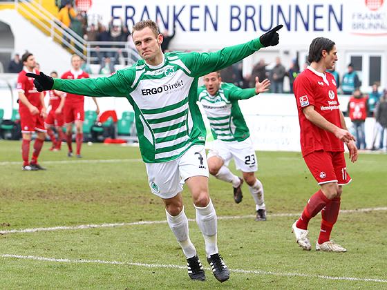 Torschütze Bernd Nehrig bejubelt seinen zweiten Treffer