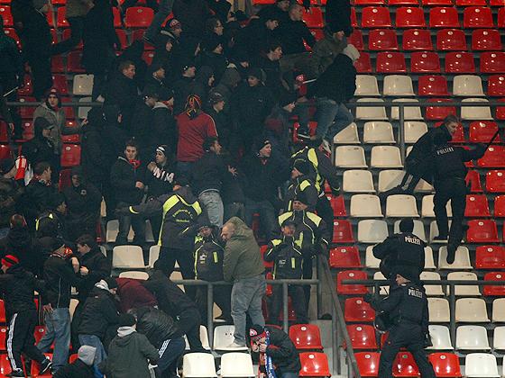 Nach dem Spiel gab es auf der Tribüne noch Randale der Ultras aus Nürnberg und Frankfurt