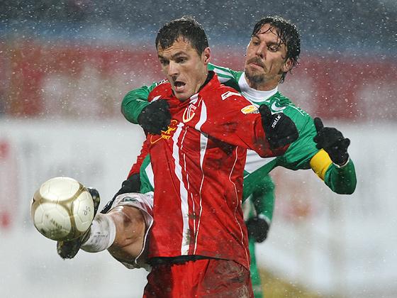 Marino Biliskov (Fürth) im Zweikampf gegen Emil Gabriel Jula (Cottbus)