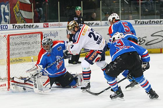 Seit Wochen ist Goalie Patrick Ehelechner ein Erfolgsgarant für die Erfolgswelle der Ice Tigers. Hier hält er einen Torschuss von Steve Walker