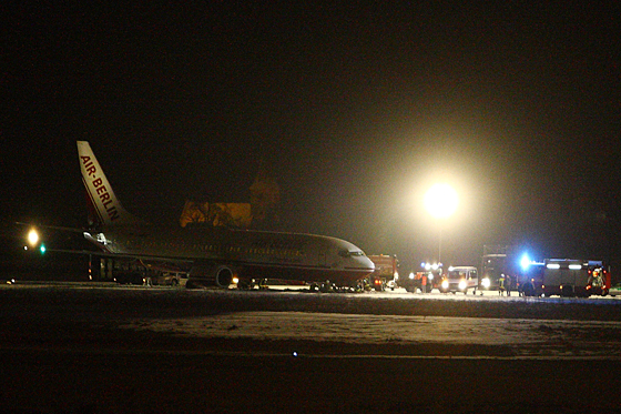 Schnee-Unfall am Airport Nürnberg! Dort rutscht am Freitagabend ein Air-Berlin-Flugzeug von der Rollbahn, bleibt im Schnee stecken. Die 133 Passagiere bleiben unverletzt