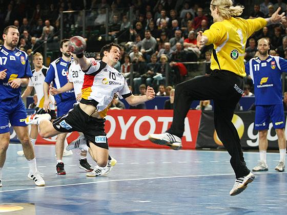 Matthias Flohr im Sprungwurf aufs Tor gegen Torwart Björgvin Gustavsson