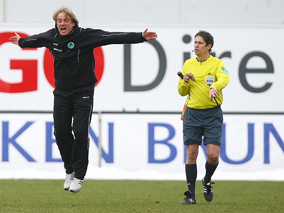 Einstand nach Maaß für Trainer Mike Büskens. Nach dem 1:0 hält ihn nichts mehr auf seinem Platz und so hüpft er wie ein Gummiball über den Platz.