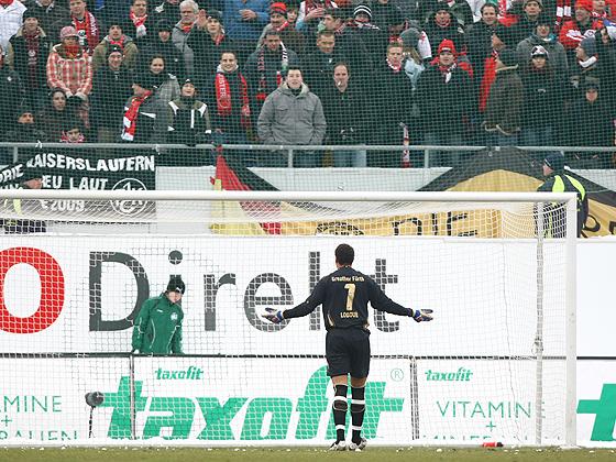 Nachdem Torwart Stephan Loboue mehrmals mit Schneebällen von den Gästefans beworfen wurde, unterbrach Schiedsrichter Markus Schmidt 2x die Partie.