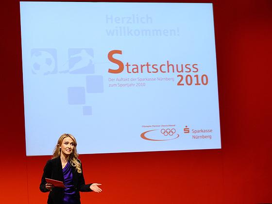 Die ZDF-Moderatorin Petra Bindl moderiert durch den Talk-Abend im historischen Rathaussaal Nürnberg