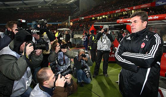 Trainer Dieter Hecking umringt von Fotografen und Presseleuten