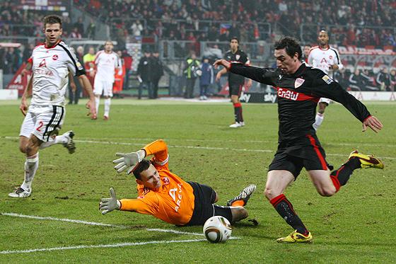 Roberto Hilbert schießt zum 1:2 ein. Torhüter Raphael Schäfer kommt zu spät