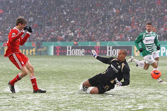 Thomas Müller erzielt das 5:2 gegen Torwart Stephan Loboue