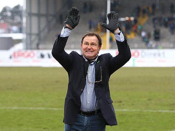 Trainer Ewald Lienen (1860) lässt sich von den Fans feiern.