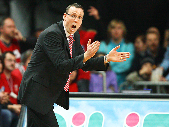 Head Coach Chris Fleming (Bamberg) feuert sein Team an.