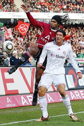 Der von Bayern München ausgeliehene Breno (Nürnberg) im Zweikampf mit seinem ex Kollegen Mario Gomez (München)