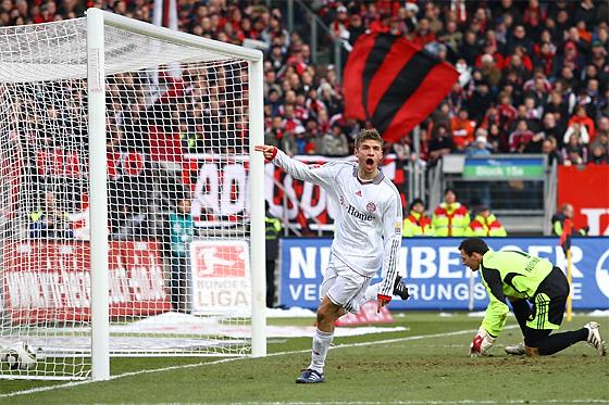 Thomas Müller (München) erzielt kurz vor der Pause das 0:1. Torwart Raphael Schäfer enttäuscht.