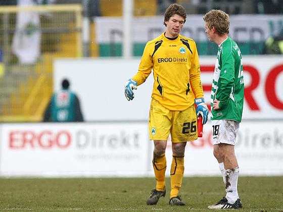 Der junge Max Grün (Fürth), der für den verletzten Stephan Loboue erstmals im Tor stand, ist zusammen mit Leo Haas (Fürth) enttäuscht