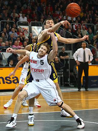 John Goldsberry (Bamberg) im Zweikampf gegen Dragan Dojcin (Berlin)