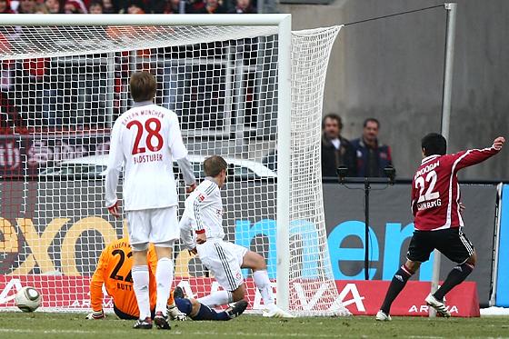 Ilkay Gündogan (Nürnberg) erzielt sein erstes Bundesligator. Torwart Hans-Jörg Butt (München) und Philipp Lahm (München) können den Treffer nicht verhindern