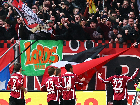 Ilkay Gündogan (Nürnberg) bejubelt sein erstes Bundesligator mit den Fans