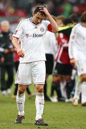 Mark van Bommel (München) fasst sich fassungslos und enttäuscht an den Kopf