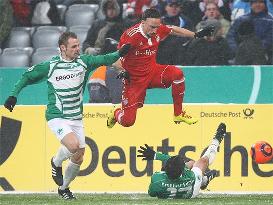 Franck Ribery überspringt Stephan Schröck und steuerte ein Tor zum 6:2 bei
