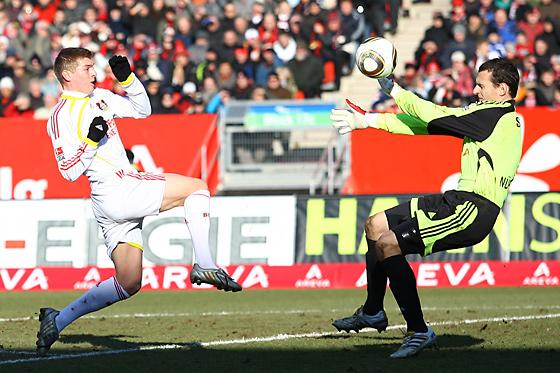 Toni Kroos (Leverkusen) überlupft Torwart Raphael Schäfer (Nürnberg), der Ball geht nur knapp am Tor vorbei.