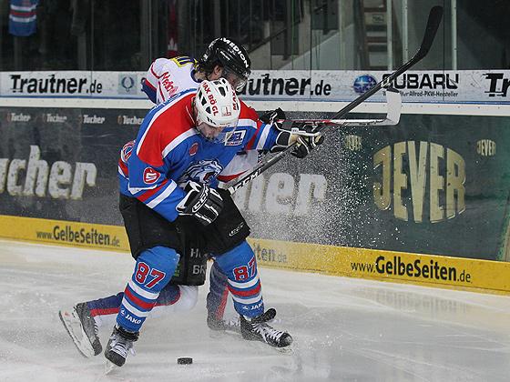 Florian Ondruschka (Nürnberg) im Zweikampf gegen Pat Kavanagh (Ingolstadt).