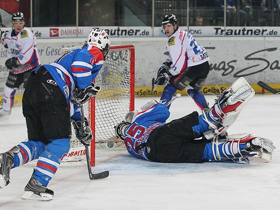 Matt Hussey (Ingolstadt) erzielt das 0:3 gegen Goalie Patrick Ehelechner (Nürnberg).
