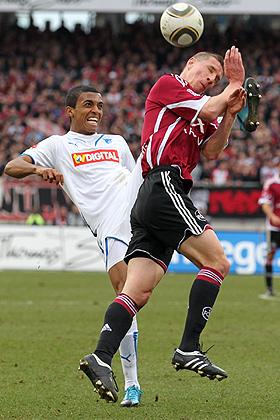 Luis Gustavo (Hoffenheim) im Zweikampf gegen Marek Mintal (Nürnberg).