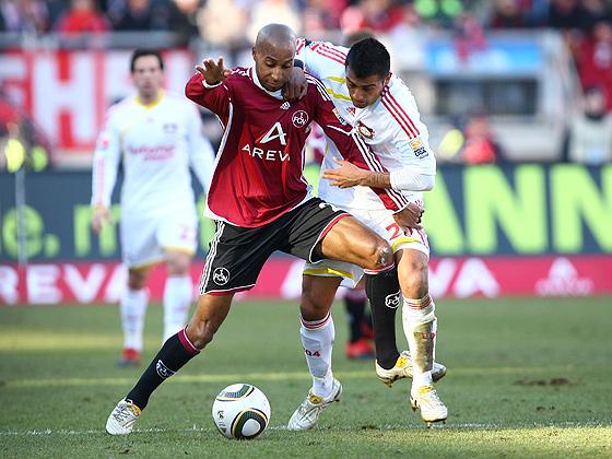 Ebenfalls ein Tor steuerte Mickael Tavares (Nürnberg) bei, hier im Zweikampf gegen Arturo Vidal (Leverkusen).