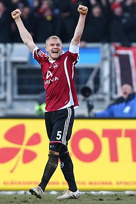 Andreas Wolf (Nürnberg) jubelt über den 3:2 Sieg über Leverkusen. Damit verlässt der Club die Abstiegszone