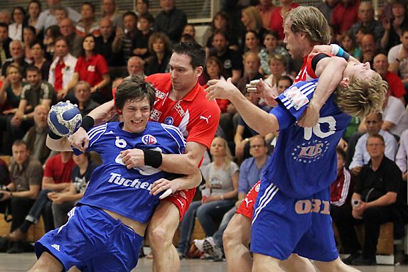 Georg Münch (Erlangen) gegen Jiri Vitek (Bergischer HC) und Bastian Krämer (Erlangen) gegen David Kristoffer Moen Kleven (Bergischer HC)