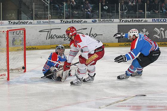 Klaus Kathan (Hannover) erzielt das 3:3 gegen Goalie Patrick Ehelechner (Nürnberg) und Eric Chouinard (Nürnberg, rechts)